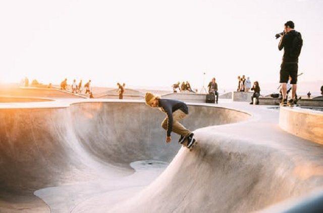 En kille på skateboard